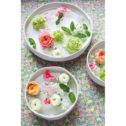 In Decorare con i fiori delle ciotole poco profonde diventano dei bellissimi centrotavola. Da riempire con fiori (da scegliere quelli che non affonderanno troppo velocemente, come le orchidee), candele e pietre per creare riflessi e donare una suggestiva atmosfera