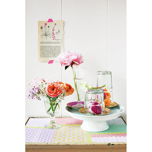 Le autrici di Decorare con i fiori vi faranno vedere come un semplice bicchiere può diventare un grazioso vaso