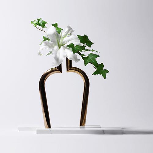 Si chiama Jin Shi che significa pietra d'oro. Infatti questo vaso, creato da Design MVW per Designer Box, ha una base in marmo naturale e un ramo in rame color oro a simboleggiare l'aspetto prezioso dell'elemento naturale che rappresenta il fiore (69 euro su madeindesign.it)