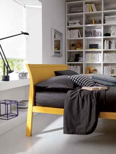 Dielle, Lobby della Collezione Modus. Un letto, in legno con parti in massello, è caratterizzato da linee sobrie. La testiera e i piedini sono inclinati a favore di una maggiore ergonomia