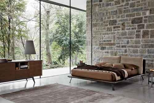 Ditre, Kanaha di Daniele Lo Scalzo Moscheri. Dalla struttura molto sottile, questo letto ha una testiera imbottita con ampie cuscinature e i piedini in metallo