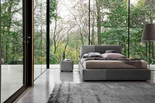 Ditre, Sanders di Stefano Spessotto e Lorella Agnoletto. Questo letto è caratterizzato da linee morbide, una voluminosa testiera e rivestita e giroletto imbottito e chiuso a terra