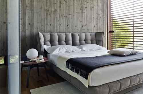 B&B Italia, Husk di Patricia Urquiola. Questo letto richiama inevitabilmente la poltrona della stessa serie per la morbidezza subito evidente: soffice e al tempo stesso geometrica. Senza dubbio accogliente