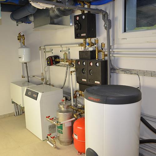 """Il livello interrato è dedicato interamente agli impianti, una vera e propria """"sala termica"""" che ospita tre tipologie di sistemi per produrre l'energia: il fotovoltaico, il solare termico e il geotermico"""