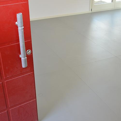 La ceramica è un materiale virtuoso, resistente e personalizzabile per formati e colori, dalle elevate prestazioni energetiche: l'ottima conducibilità delle lastre sottili dei pavimenti (5,5 millimetri lo spessore) aumenta l'efficienza energetica