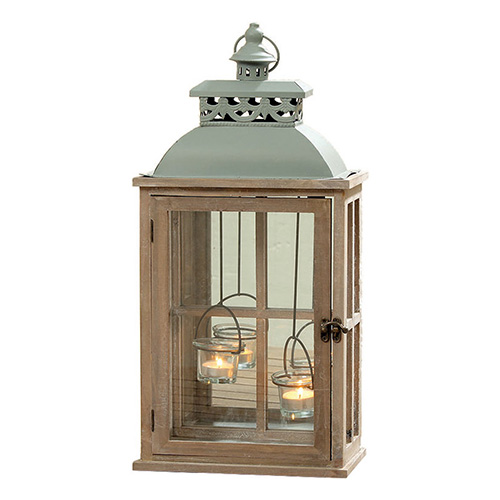 Per creare la giusta atmosfera se ci si attarda fino al tramonto del sole: la lanterna Jay legno di abete di Dalani (in vendita su dalani.it, circa 35 euro)