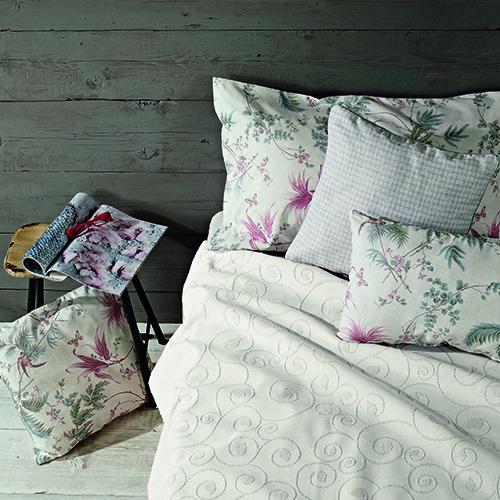 Il copriletto Frisé della collezione Easy Chic di Zucchi e Cotton Usa è in tessuto jacquard (119, 90 euro); è abbinato al completo di lenzuola Feuille in percalle di puro cotone con motivi floreali color pastello (129,90 euro)