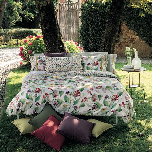 """Quando il giardino entra in casa: è Lilia di Fazzini che si distingue per l'effetto """"matrioska"""": tratti quasi invisibili si sfumano con quelli più evidenti diventando un'unica rappresentazione floreale  (completo lenzuola 129 euro)"""