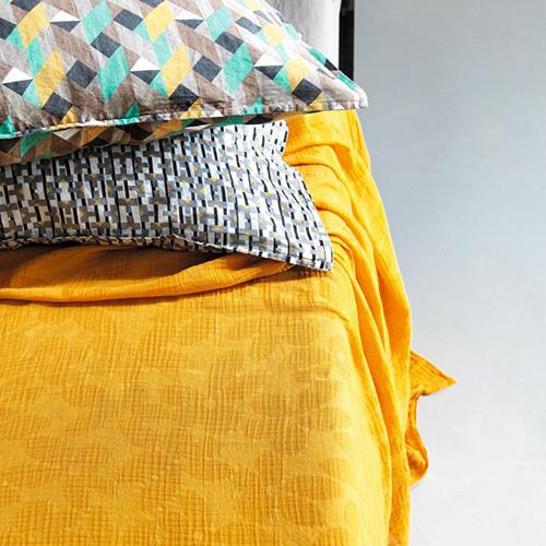 La collezione On Lightness di Society Limonta si distingue per il lenzuolo morbido e fresco Ver, 100 per cento voile di cotone jacquard (255 euro)
