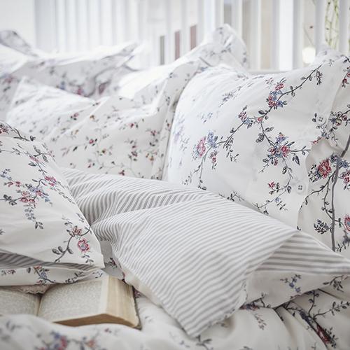 Il copripiumino Stenört di Ikea si caratterizza per un romantico disegno floreale su un lato e un classico motivo a strisce sull'altro (a partire da 39,99 euro)