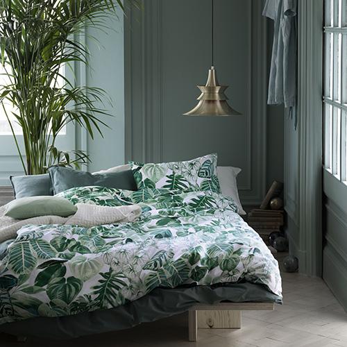 La natura con le sue vigorose foglie verdi brillanti è protagonista di questo copripiumino in cotone leggero di H&M Home (29,99 euro)