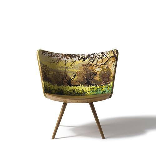 Embroidery Chair di Johan Lindsten per Cappellini è in legno di frassino e rappresenta le 4 stagioni. Lo schienale è lavorato con la tecnica del mezzo punto in filo di lana