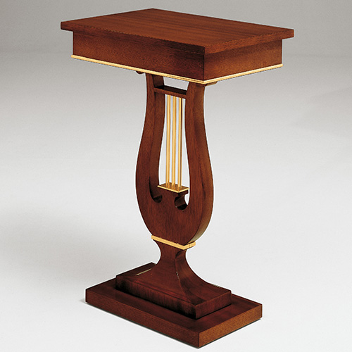 Il tavolino Zar di Colombostile, in mogano con decori in ottone finitura oro