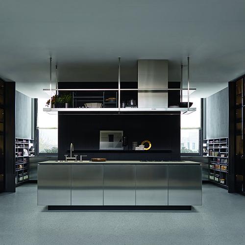 Il sogno di ogni aspirante chef: una cucina spettacolare, ampia, a isola. Come Artex, l'ultima nata in casa Varenna, un palcoscenico da gourmet in acciaio con colonne vetrina trasparenti per lasciare tutto a vista
