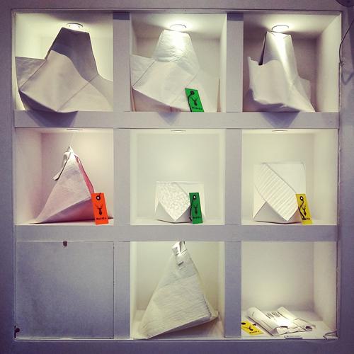 Le borse e lampade giapponesi del Wasica Project sono create con la carta di riso e la pelle di renna, poiché nella zona del monte Fuji (e non solo lì), dove vengono prodotte, ci sono talmente tante renne sulle montagne ormai disabitate dagli esseri umani, che vengono uccise a centinaia e abbandonate sui monti. In questo modo, invece, la loro pelle viene usata per creare borse e lampade