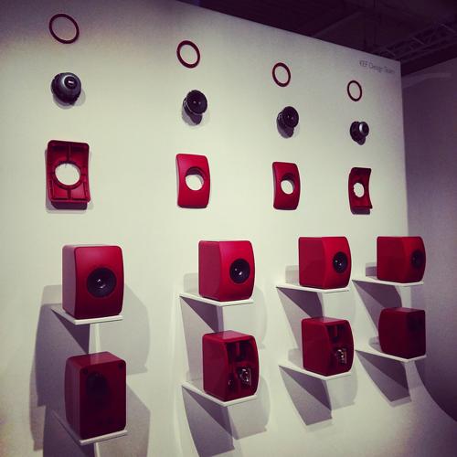 Altoparlanti rosso fuoco al Super Design Show di Kef