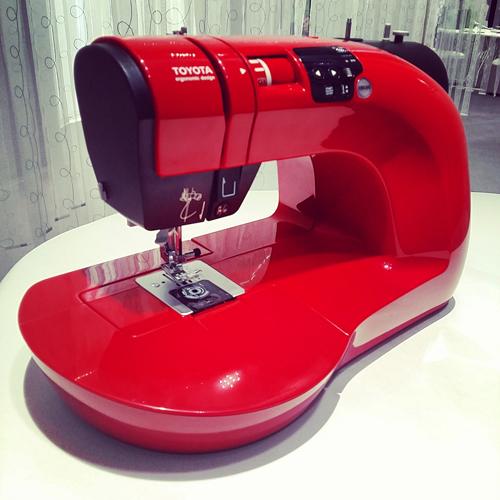 Una macchina da cucire rosso fiammante della linea Oekaki Renaissance di Toyota