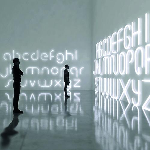 Scrivere con la luce: lo studio Big presenta Alphabet of Light per Artemide, moduli luminosi base, lineari o curvi, che permettono di realizzare singole lettere dell'alfabeto o segni grafici. Le singole componenti si uniscono tramite un giunto elettromagnetico, l'alimentazione si trasmette da un modulo all'altro fino ad un massimo di quasi 5 metri
