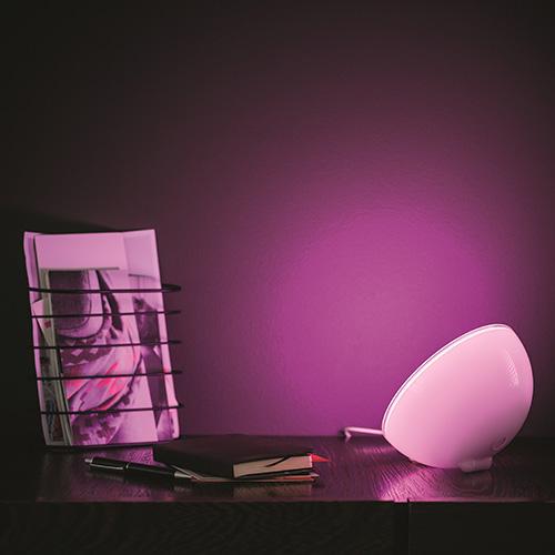 Per una cena romantica o per concentrarsi meglio: Hue Go, la lampada portatile ricaricabile di Philips Lighting offre la possibilità di creare l'atmosfera perfetta. Tra  gli effetti: lume di candela, relax, meditazione, foresta incantata e avventura notturna