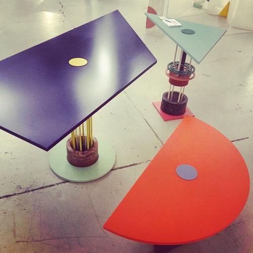I tavoli Hoist dello Studio Plutarco, dai toni vivaci, sono perfetti per la primavera, sia in casa che sul terrazzo