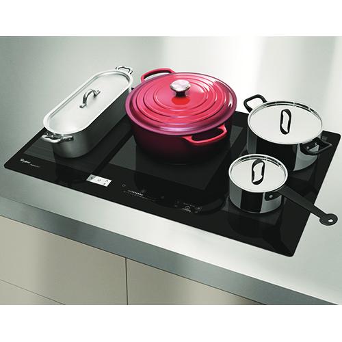 Il piano cottura a induzione Smart Cook di Whirlpool è dotato di tecnologia 6° Senso che permette, a seconda dell'alimento e della ricetta da realizzare, di scegliere fino a 40 programmi