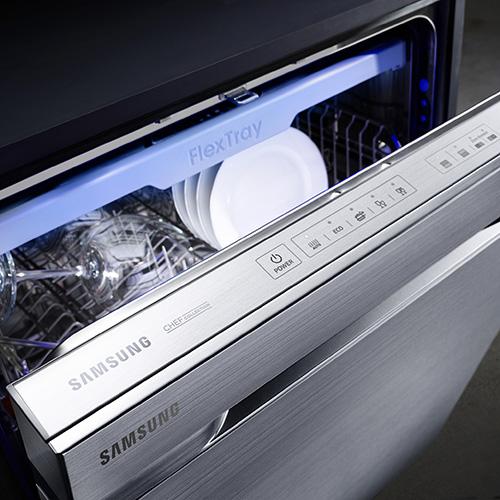 La lavapiatti Waterwall di Samsung ha un getto d'acqua potentissimo che raggiunge ogni angolo. Utilizza acqua ad alta pressione fino al 15 per cento più efficace rispetto a un ciclo tradizionale