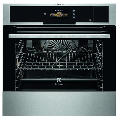 Il forno a vapore CombiSteam Pro Smart Ove di Electrolux si distingue per una videocamera integrata che si connette a Internet e consente di seguire la cottura dei piatti anche lontano da casa grazie ad apposita applicazione da scaricare