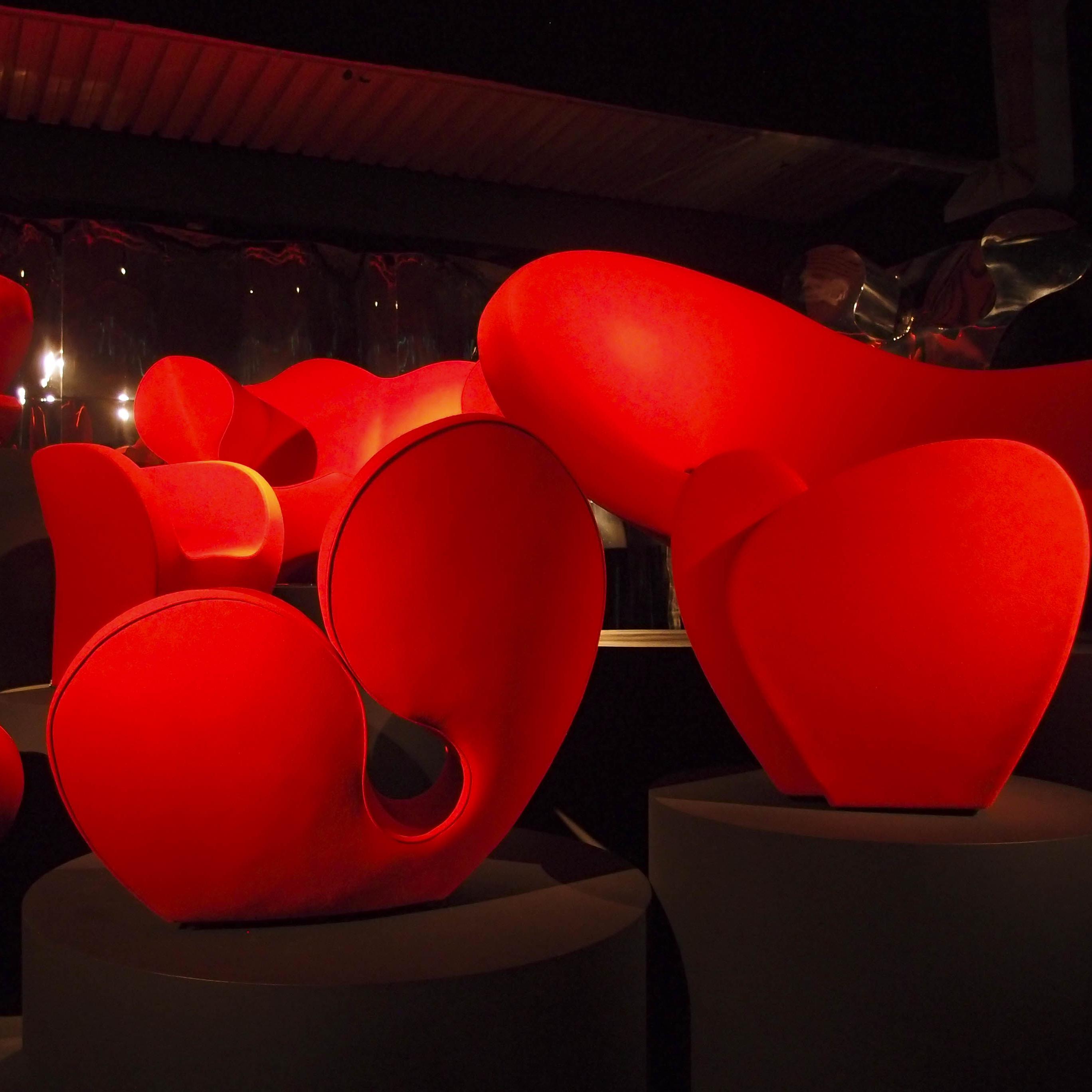 Moroso, Spring to Mind: installazione di poltrone nella mostra dedicata a Ron Arad