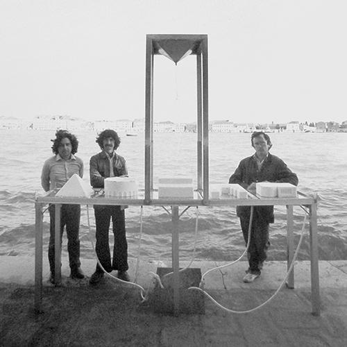 Gian Piero Frassinelli, Cristiano Toraldo di Francia e Adolfo Natalini nel premontaggio dell'installazione La moglie di Lot alla Biennale d'Arte di Venezia, 1978 (foto C. Toraldo di Francia)