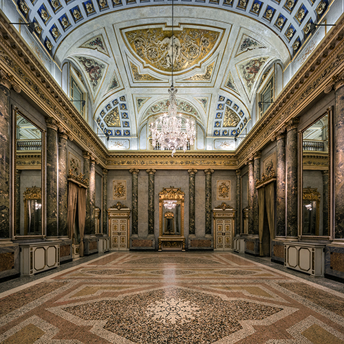 Lasvit ha portato a termine un lavoro di altissimo artigianato che arricchisce i saloni di rappresentanza di Palazzo Serbelloni di Milano