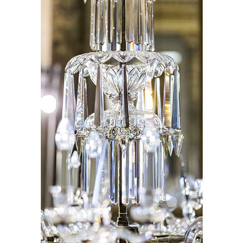 Ogni lampadario conta quaranta parti differenti e centinaia di elementi