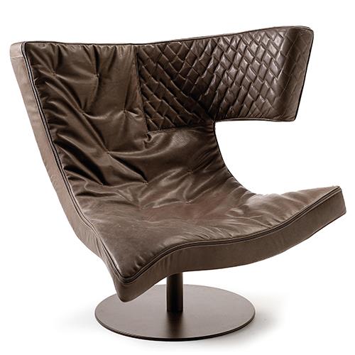 Una morbida ed extra large seduta: è Roxi di Giuseppe Viganò per Arketipo Firenze. La poltrona si distingue per un insolito poggiatesta laterale, esaltato dalle impunturate a quadrettoni, che permette molteplici posizioni di appoggio