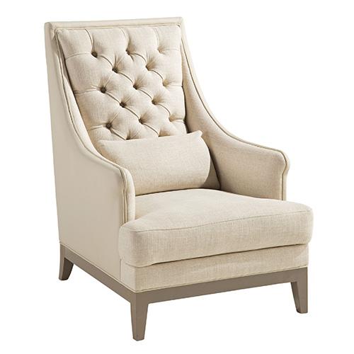 Bergère dal design tradizionale con schienale trapuntato, bottoni in pelle e dal cuscino che la rende ancor più confortevole. Fa parte della collezione Nouveaux Classiques di Roche Bobois
