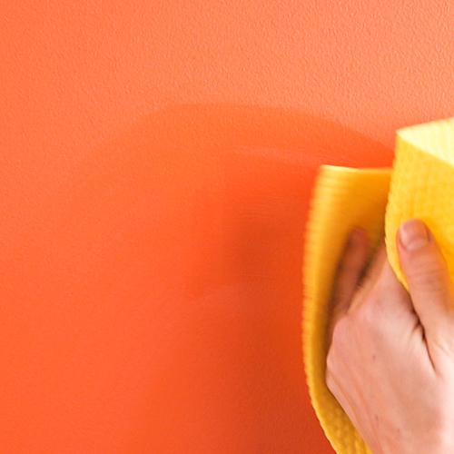 È possibile rimuovere le macchie più comuni semplicemente passando sul muro una spugna imbevuta di acqua e sapone neutro entro 24 ore dallo sporco accidentale