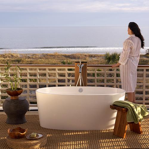 Misura solo 150x80 centimetri la vasca  freestanding di Victoria + Albert per potersi rilassare in due in qualsiasi ambiente della casa, anche all'esterno