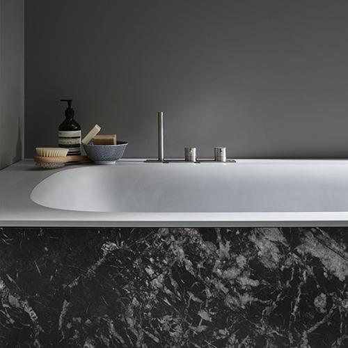La serie R1 di Monica Graffeo per Rexa Design incrocia colori e finiture, come questa versione in marmo e corian
