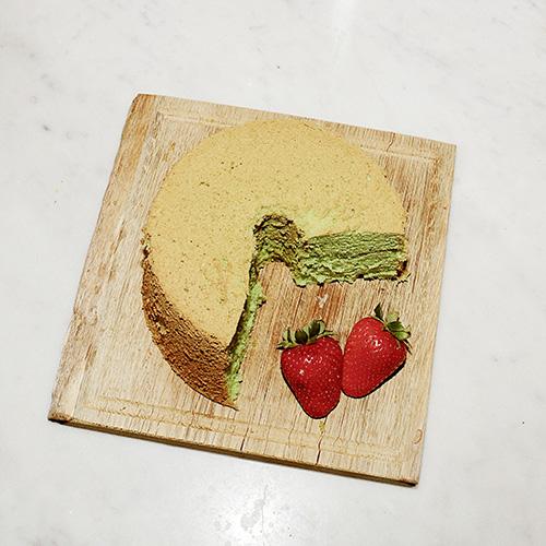 Una specialità di Cinzia Cumini: «Fare dolci mi rilassa, questa torta è realizzata con un estratto che proviene dalle Filippine o dalla Tailandia che ha la caratteristica di essere molto verde e di avere un aroma di frutta secca non meglio precisato tra la nocciola e il pistacchio»