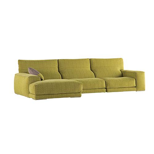 Per chi ama le forme tradizionali: Upside di Giorgio Soressi per Roche Bobois è rivestito in tessuto e ha gli schienali reclinabili
