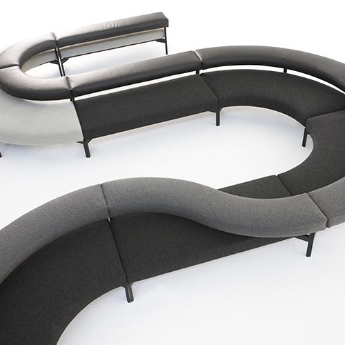 La sua modularità lineare e curva aiuta FreeFlow di Moroso ad adeguarsi a diversi spazi.  Gordon Guillaumier ha pensato a una doppia fascia imbottita, una per la seduta e l'altra per lo schienale, che a seconda dell'utilizzo si possono intersecare