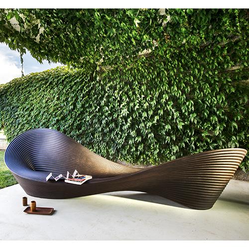 Folly di Ron Arad per Magis si distingue per la forma scultorea. Adatta anche per gli esterni, può ospitare fino a 10 persone