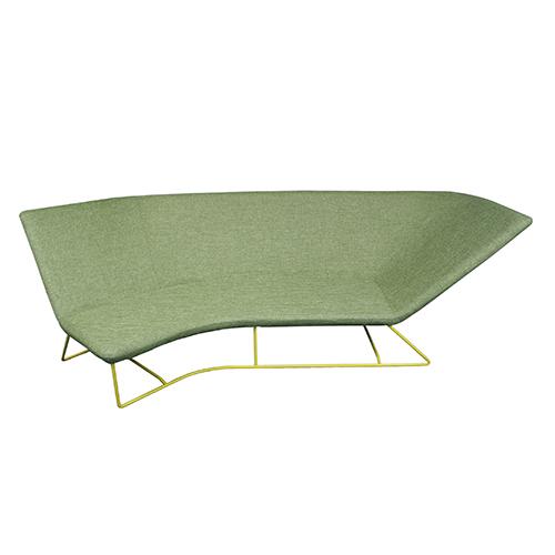 Seduti, distesi o in posizione di lettura: UltraSofa di Frédéric Sofia per Fermob accontenta diversi modi di vivere il divano. È adatto anche agli esterni poiché il suo tessuto è idrorepellente