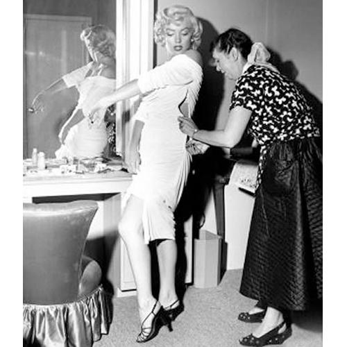Marilyn Monroe mentre si fa prendere le misure dalla sua stilista preferita Ceil Chapman (foto dressingvintage.com)