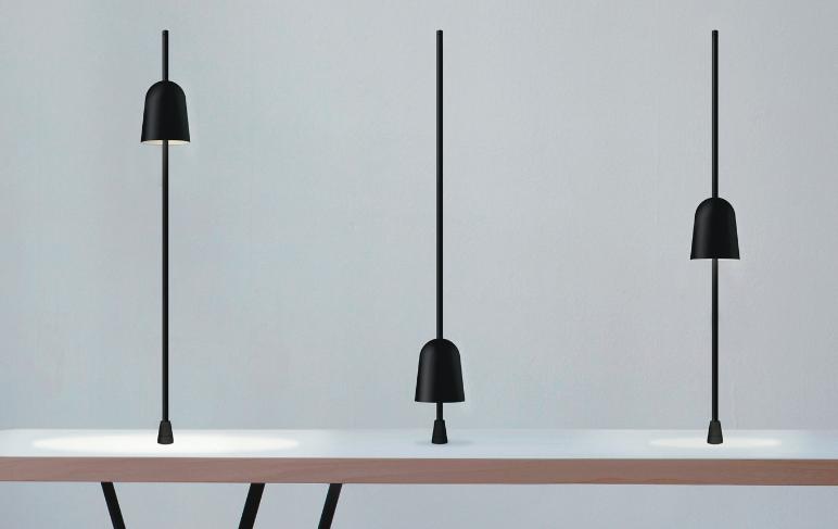 La lampada Ascent, categoria Design per l'Abitare, progettata da Daniel Rybakken, prodotta da   Luceplan.   Compasso d'Oro per la semplicità della bellezza di un gesto che calibra l'intensità e l?ampiezza della luce