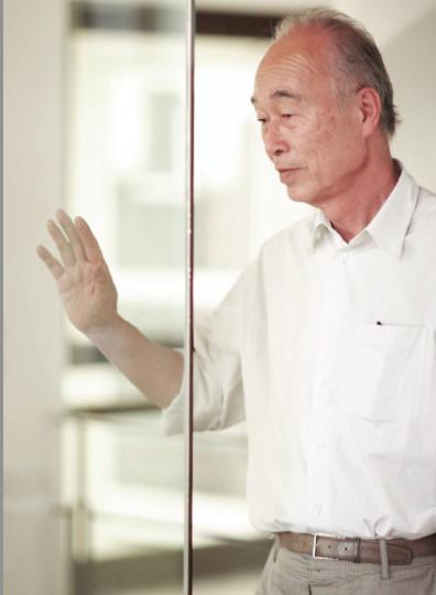 Premio internazionale Compasso d'Oro alla carriera a Makio Hasuike, laureatosi alla University of Arts of Tokyo nel 1962, si trasferisce un anno dopo in Italia, dove apre nel 1968 il suo studio a Milano, uno dei primi studi di design nel prodotto nel nostro paese. Nel 1982 intraprende un progetto sperimentale fondando il marchio MH WAY