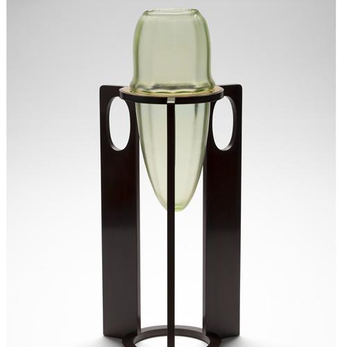 Josef Hoffmann Vaso Vase (1899), vetro iridescente verde, montato su legno, collezione privata, Il vetro degli architetti 1900-1937, a Venezia fino al 31 luglio