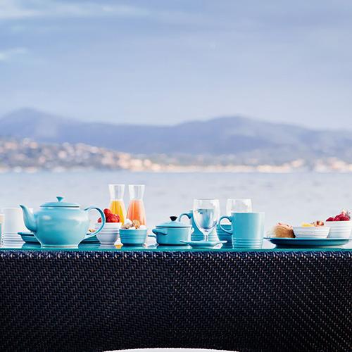 La collezione di Le Creuset  nella tonalità blu riviera (da 4.90 a 299 euro)