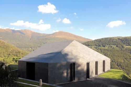 La Montebar Villa è una casa prefabbricata in legno adagiata su un terreno panoramico che si affaccia sulle alpi svizzere
