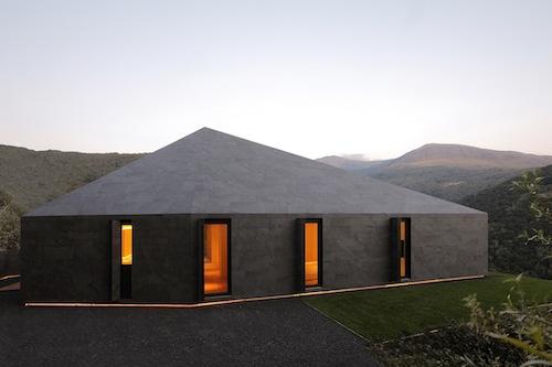 Costruita con una struttura in legno a telaio coibentato, ideale per questo tipo di clima, con elementi prefabbricati e assemblati in opera in pochi giorni