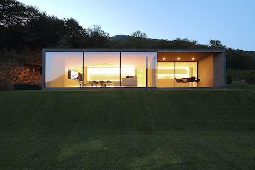 Il fronte Sud orientato a valle garantisce una vista spettacolare a 180 gradi tramite la grande vetrata