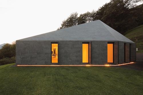 Per completare l'efficienza dell'edificio, la vetrata della zona giorno è composta da un curtain-wall a traversi in alluminio a taglio termico e montanti in vetro, con vetrocamera selettivo e basso emissivo, mentre i serramenti di tutti gli altri locali sono a telaio in alluminio a taglio termico e vetro triplo